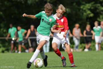 FC Dordrecht tegen VV gravendeel. Spelers worstelen om bal. Op de foto gezet door Foto Hamar