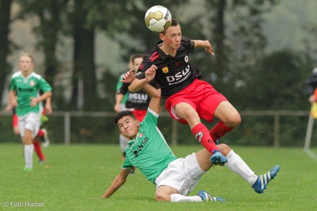 Voetbalwedstrijd bij FC Dordrecht. Tegen Excelsior waarbij Foto Hamar sportfoto's maakt. Speler maakt sliding op bal