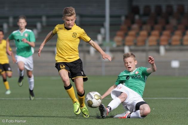 FC Dordrecht tegen Roda JC en Foto Hamar maakt sportfoto's tijdens sliding op de bal