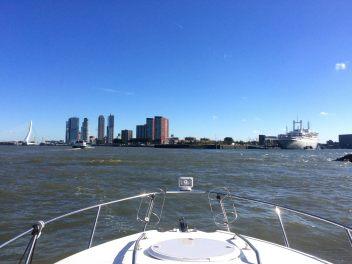 Panoramisch uitzicht in de haven van Rotterdam tijdens het varen door Foto Hamar