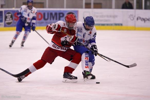 IJshockeywedstrijd waarbij Groningen een bodychek maakt bij Dordrecht. Foto Hamar zal veilig in dug-out