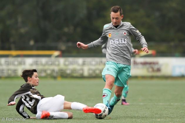 FC Dordrecht speler maakt sliding op Exelsior U14 tijdens toernooi. Foto gemaakt door Foto Hamar
