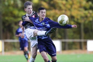 FC Dordrecht speler schopt bal van Fortuna Sittard U14. Actiefoto gemaakt door Foto Hamar