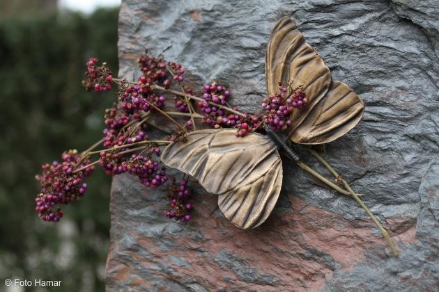 Vlinder op monument op begraafplaats
