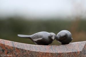 vogels als monument op grafsteen