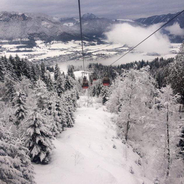 uitzicht vanuit de gondel op de besneeuwde afdaling eronder