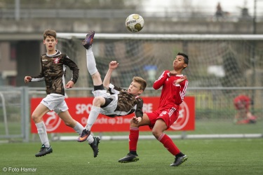 Omhaal op bal door FC Dordrecht speler Damian den Beste