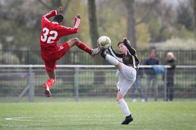 Gevecht om de bal tussen FC Dordrecht en Almere City U14
