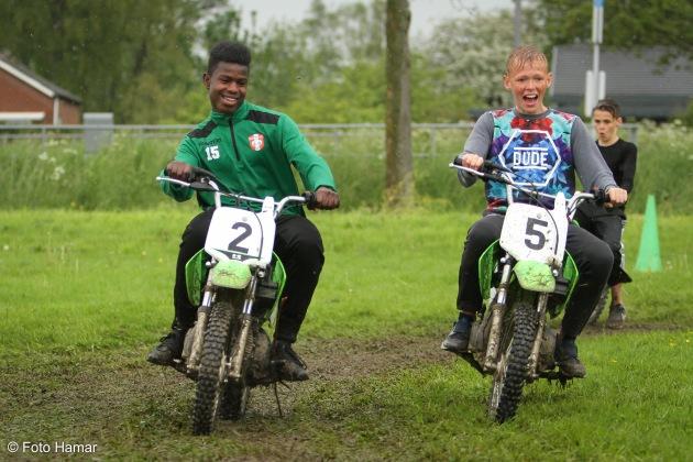 spelers van FC Dordrecht doen wedstrijd op minicrossmotoren
