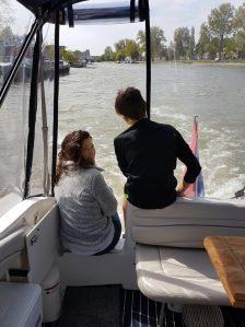 moeder en zoon op achterdek. uitkijken over het water.