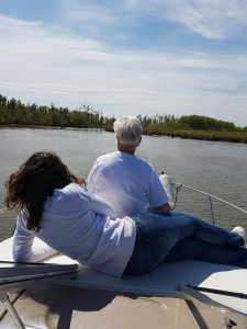 dames op voordek genieten van het uitzicht op het water