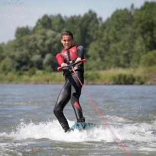 Robbie Wakeboarden achter de boot in Dordrecht