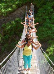 familie op de loopbrug boven de rivier