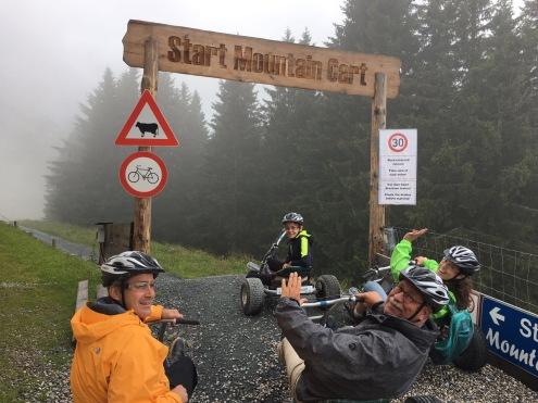 Groepsfoto voor de start van de Mountaincart