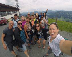 Groepsfoto familie op de berg voor de wandeling