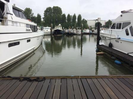 Uitzicht vanaf de boot in de haven