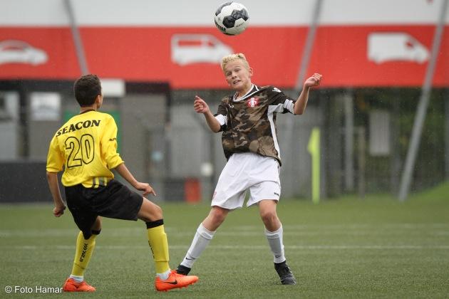 FC Dordrecht maakt kopbal tegen speler van VVV Venlo U15
