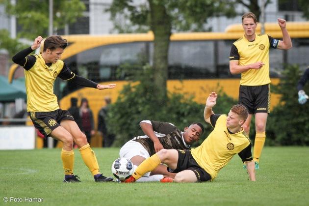 FC Dordrecht schopt de bal weg bij Roda JC