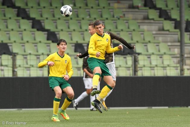Kopbal van FC Dordrecht U17 tegen Fortuna Sittard
