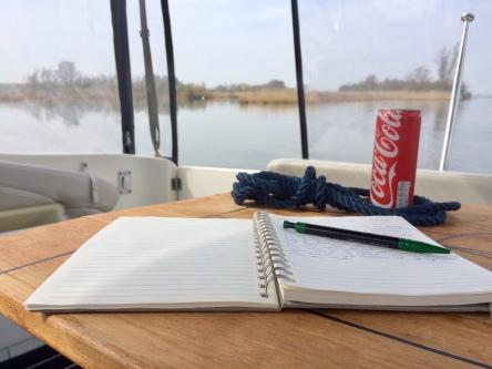 Logboek van een kapitein met uitzicht op het water