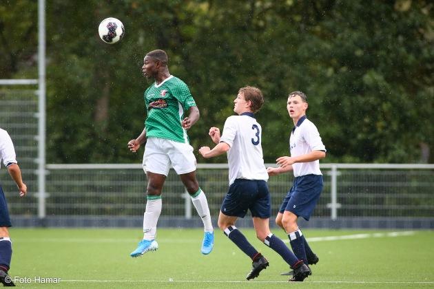 FC Dordrecht speler maakt kopbal