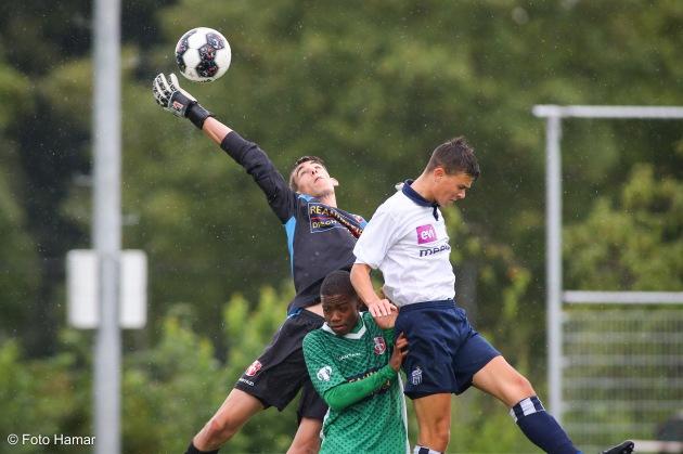 Keeper van FC Dordrecht houd bal tegen bij doel